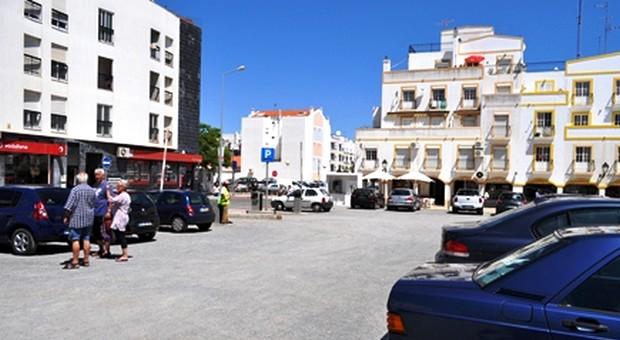 VRSA reforça a capacidade de estacionamento automóvel na zona comercial.