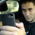 Na imagem:  Um modelo exemplifica o perigo real ao fazer-se uma selfie ao volante