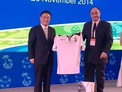 Presidente Rogério Bacalhau  oferece camisola SCF ao Mayor Ni Qiang