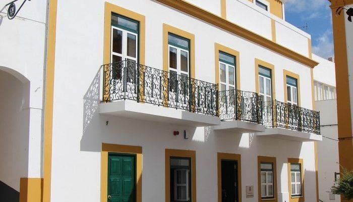 Fachada do edifício da Câmara Municipal de Alcoutim