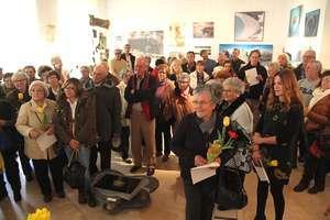 Artistas e publico na inauguração da mostra