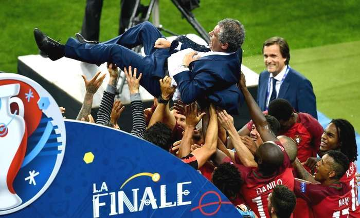 Campeões Europeus à beira da Torre Eiffel apagada