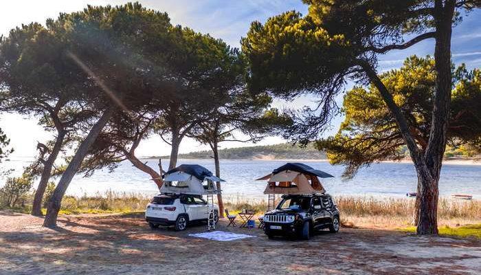"""A Hertz anuncia a chegada do seu serviço """"Campers"""", a Faro e Porto, um serviço de aluguer de viaturas com tendas instaladas no tejadilho dos modelos Compass e Renegade, em parceria com a Jeep, reforçando a expansão deste serviço com novos pontos de rede e de acesso ao público."""