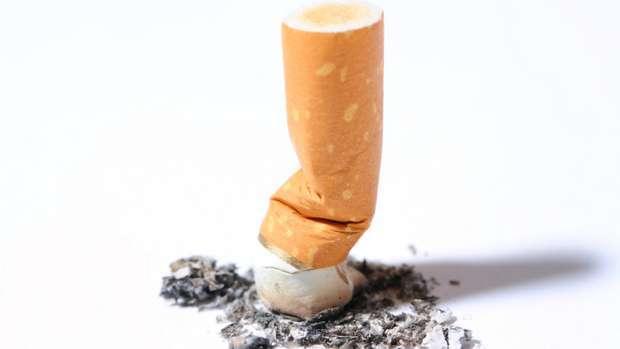 Deitar pontas de cigarro para o chão dá multa